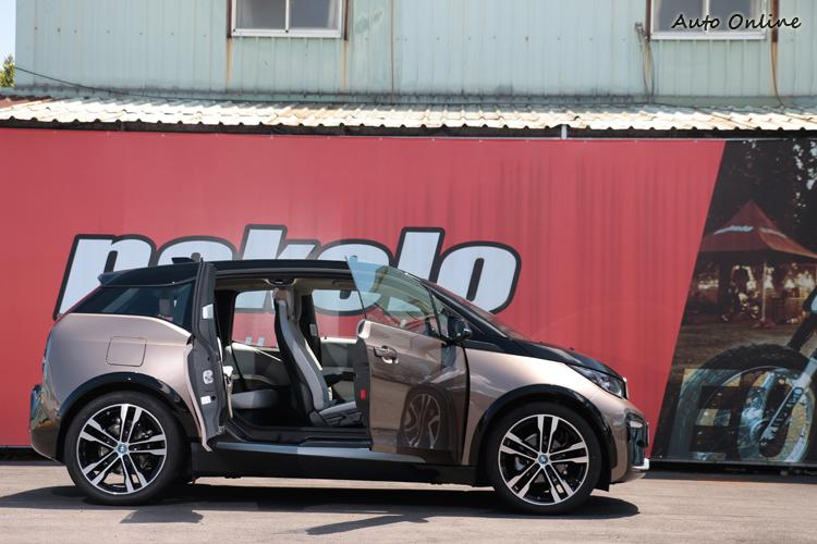 鮮少看到的對開式尾門,記得上次出現是Mazda RX-8。