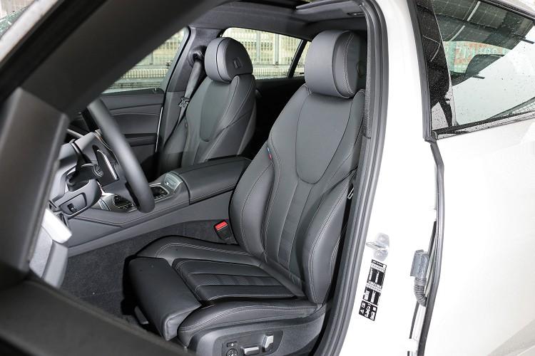 M款跑車化座椅的椅背上,有專屬的M Power三色標,不明顯卻也可增添運動氛圍。