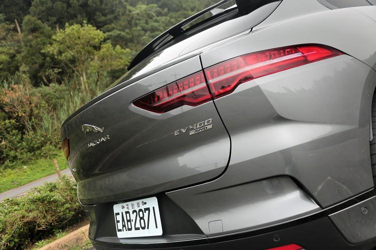 質感精緻的尾燈同樣採用 LED 科技,完美展現Jaguar無可錯認的英國跑車性能DNA。