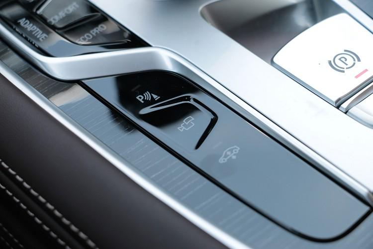 標準配備氣壓懸吊,駕駛能自行調整車高。