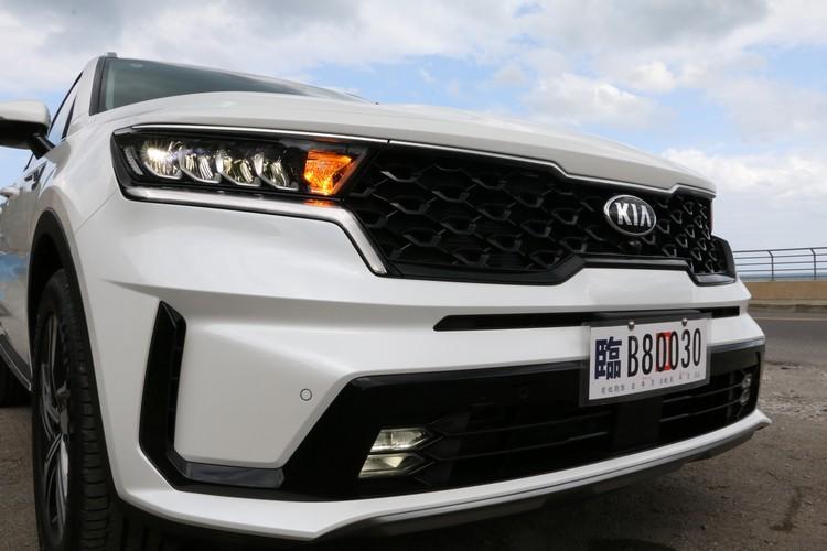 新一代Sorento換上全新家族特徵的車頭,動感風格更強烈。