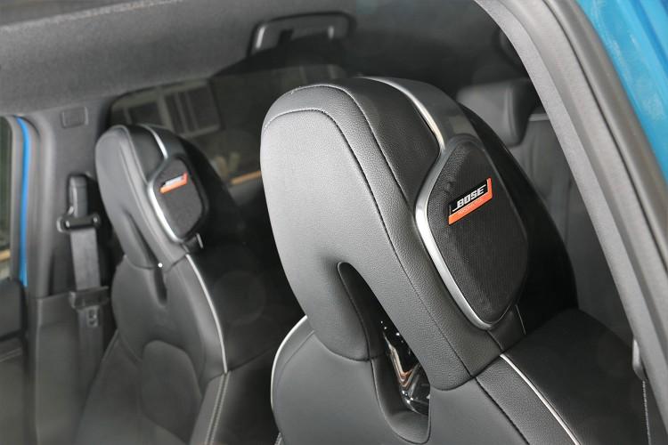 高規車型上面,頭部的左右兩側於頭枕處,有高檔Bose揚聲器。