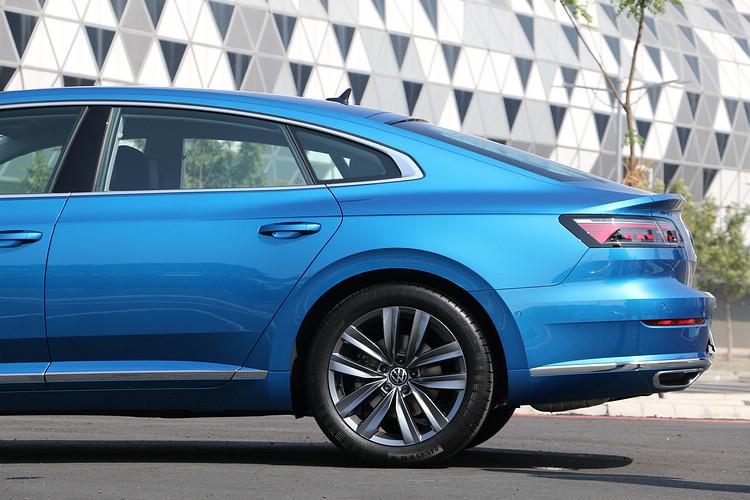 斜背車型的尾部線條讓整體車身比例看起來更平衡,而且相當耐看。