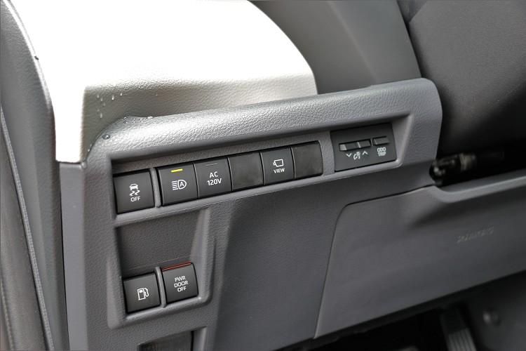 車輛多項功能安置於駕駛者左側,後滑門電動開關則在駕駛上方。
