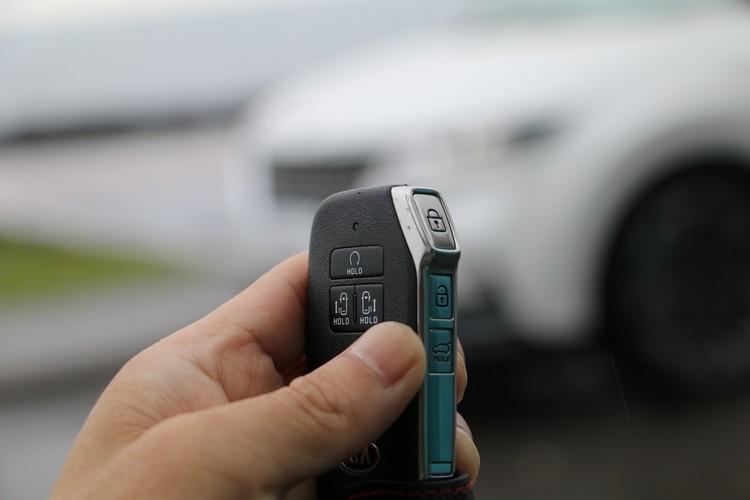 鑰匙除了能夠遙控打開側滑門,也可貼近感應自動開啟,另外也能遙控啟動、關閉引擎。