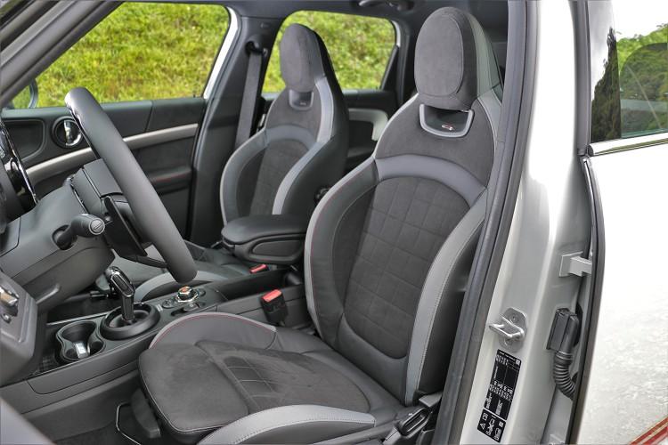 包覆性極高的雙前座賽車椅,表面包覆了麂皮,在激烈駕駛時能帶來高摩擦,可牢牢把乘坐者固定於座椅上。
