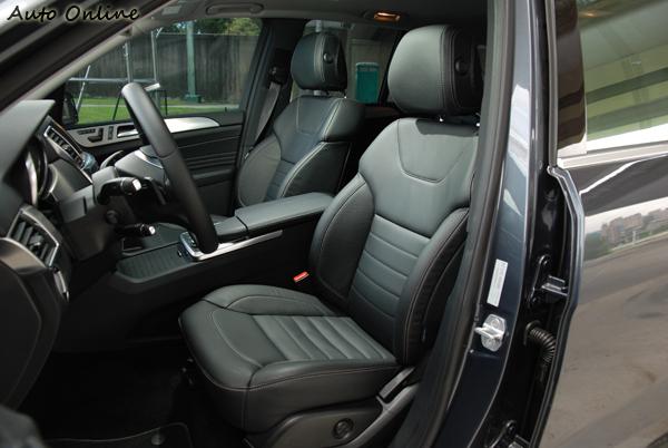試駕車款有選配AMG跑車式座椅,整體包覆性普通。