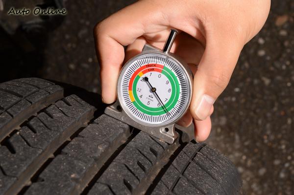 胎紋的紋路深度不能低於1.6mm,當胎紋低於這個標準,就必須更換輪胎。