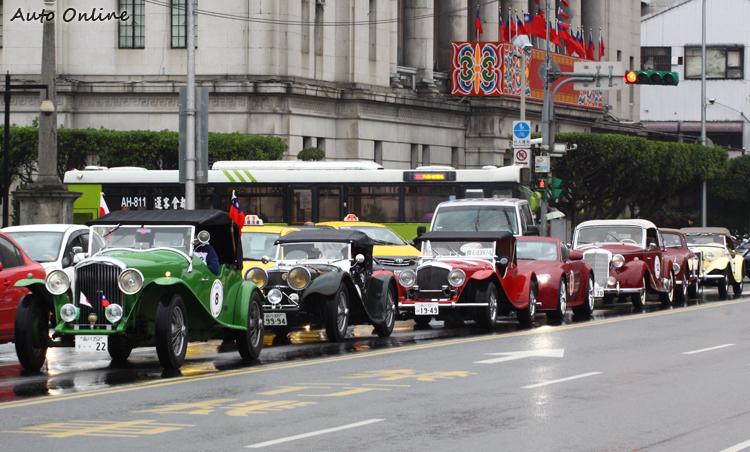 去年來台的日本古董車,再老舊每部都能在日本順利掛牌,在台灣則只能以特許身份上路。只是不知道交通部長葉匡時當時頒贈特許臨時牌給這些成員時,是否瞭解之所以台灣車迷會對這些古董車感到稀奇,部份原因是因為國內的車輛驗證制度根本不可能讓這種車上路,所以造成人前追捧、人後封殺的怪象。同樣的狀況也出現在改裝吉普車V.S.救災車隊,以及重車開放前的選舉造勢V.S.重型機車,所謂的「依法行政」,說穿了不過是暴露了官員「用完就丟」的便宜行事心態!