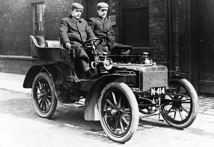 Henry Royce製造出三部10hp,經Charles Stewart Rolls試駕後極為滿意立即全部收購,並命名為Rolls-Royce汽車。