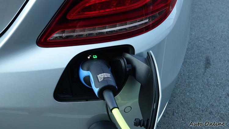 充電過程中會自動上鎖,無法抽出充電線,圖中顯示解鎖是因為用遙控器開了車門。充電系統和車門鎖是連動的。