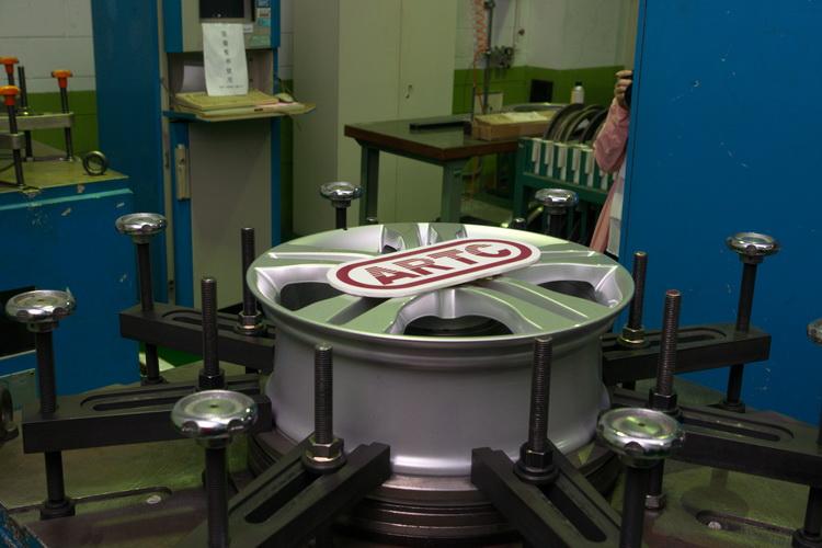 彎曲力矩試驗模擬車子轉向時輪圈抵抗回轉彎曲力矩之受力