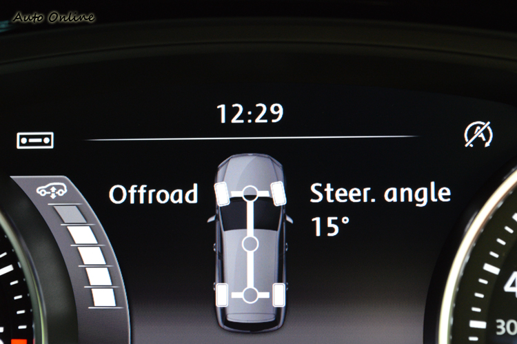 一旦進入Offroad模式,儀錶板內就會顯示車身高度和前輪轉向角度提供參考。