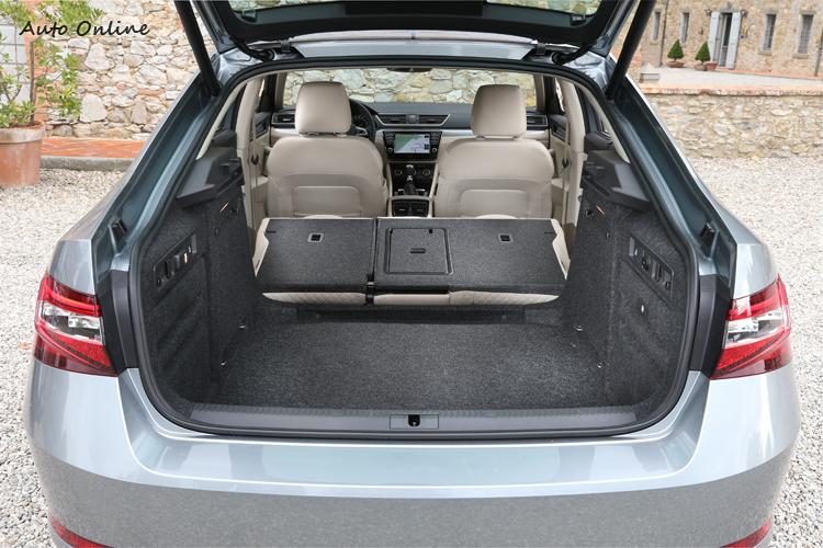 掀背的設計加上後排座椅可向前傾倒,使得Superb的空間機能非常棒,625公升的行李廂容量已不輸給小SUV,座椅平躺後更達1760公升的容積,相當實用!