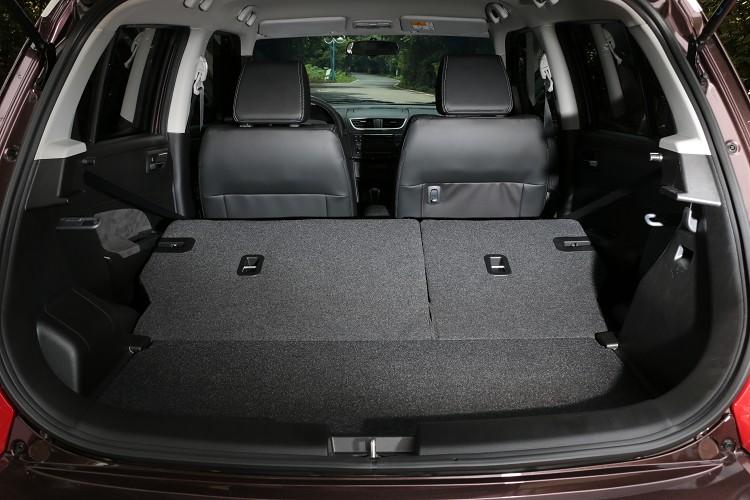 後座椅背可做6/4分離傾倒,小車中能得到大大置物空間。