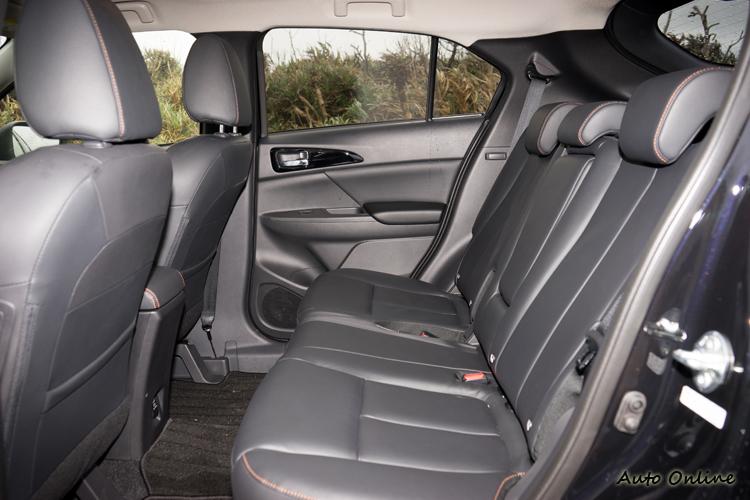 後座可做前後調整與椅背傾斜度調整,中央無空調出風口。