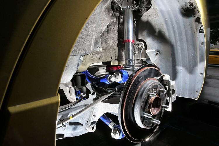 底盤後結構更換Hardrace後仰角調整器與後束角調整器,四輪定位能有更符合需求的調整。