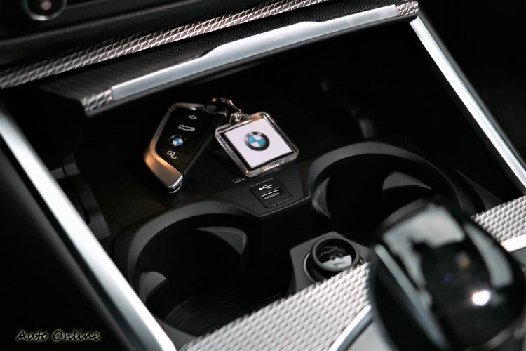中央鞍座前方是唯一的USB插孔。