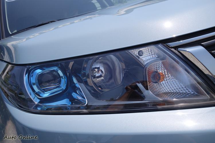 燈組內的藍色光圈很特別,可惜並沒有全面LED化。