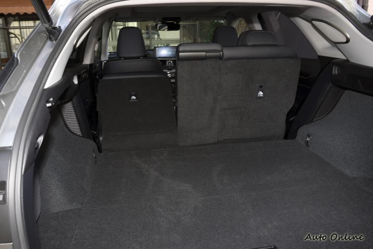 後排座椅電動調整椅背收折輕鬆創造大後方行李空間。