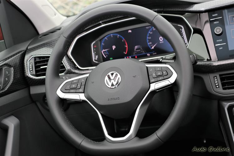 全新造型三幅式真皮多功能方向盤,左右控制按鍵非常豐富,能調整車輛大大小小功能。