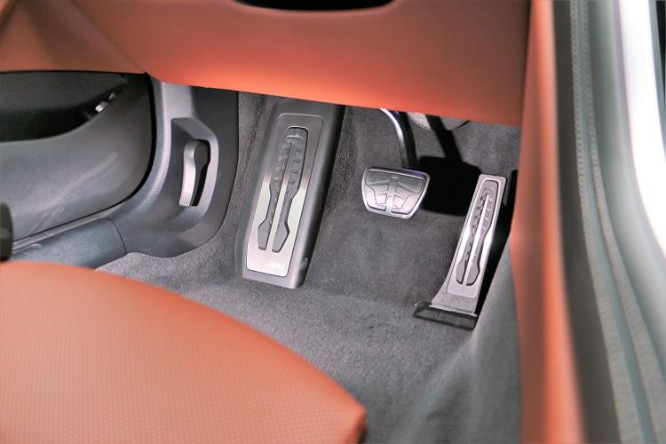 金屬M款踏板增添車內運動氣息。