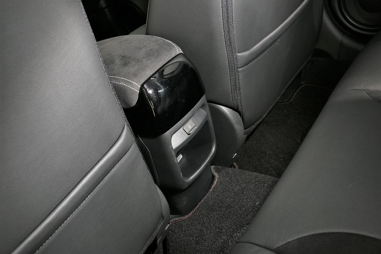 後座空間寬裕可惜沒有冷氣出風口,下方有USB插孔供後座乘客使用。