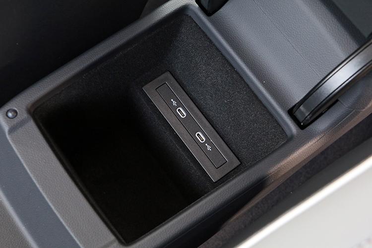 中央扶手內提供USB-C 充電座。