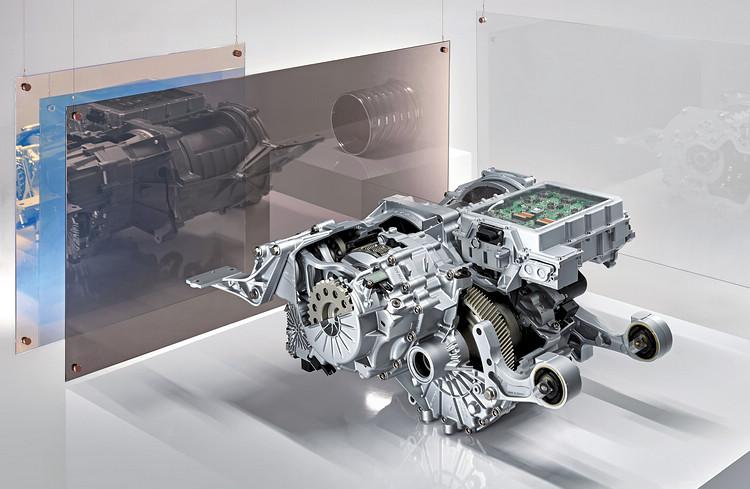 電動馬達和二速變速箱(前)與後軸平行放置。電力電子系統位於頂部。
