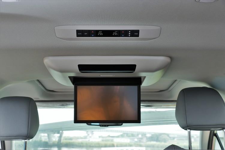 鉑金版更配置11.6吋的後座影音系統(支援繁體中文介面與HDMI/MIRACAST/DLNA投影)。