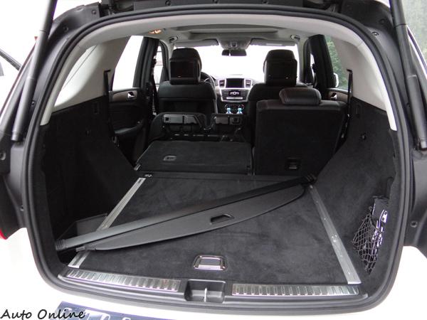 既然是SUV,空間實用性絕對要講究,第二排6/4分離座椅前倒之後空間相當平整寬敞。