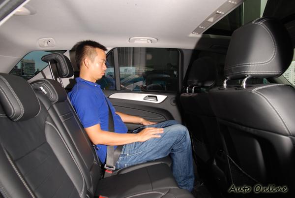 後座椅背有小範圍的角度調整空間,長時間乘坐不感疲憊,但是座椅材質偏硬,稍稍影響了乘坐的舒適度。