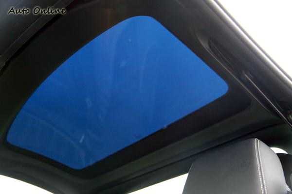 首次採用Magic Control可變採光車頂,原廠在天窗玻璃內注入可透過電磁控制的分子,透過改變分子排列來決定透光程度。