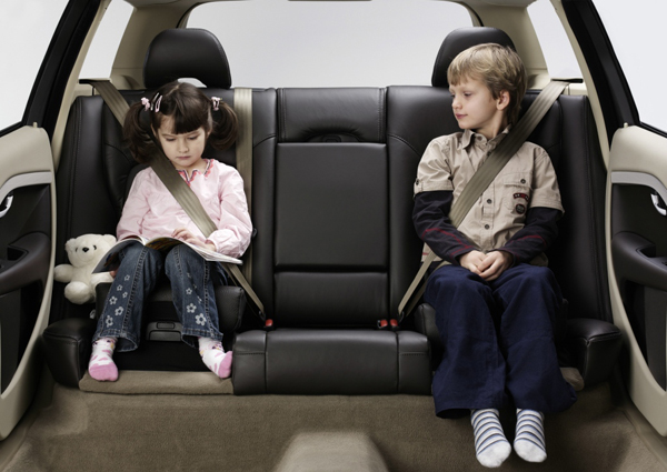 隨著後座強制配戴安全帶的法令通過,無論成人或是幼童都得學會正確的佩戴方式與使用輔助工具。