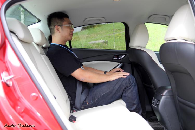 後座頭部空間受到流線的車頂影響,會讓人感到些微的壓迫感。