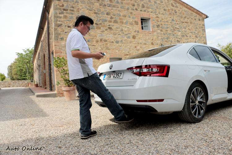 後廂也有「地堂腿」感應開啟功能,從後保桿下方輕輕橫掃過,自動開啟的速度挺快。關門時也有自動按鈕。