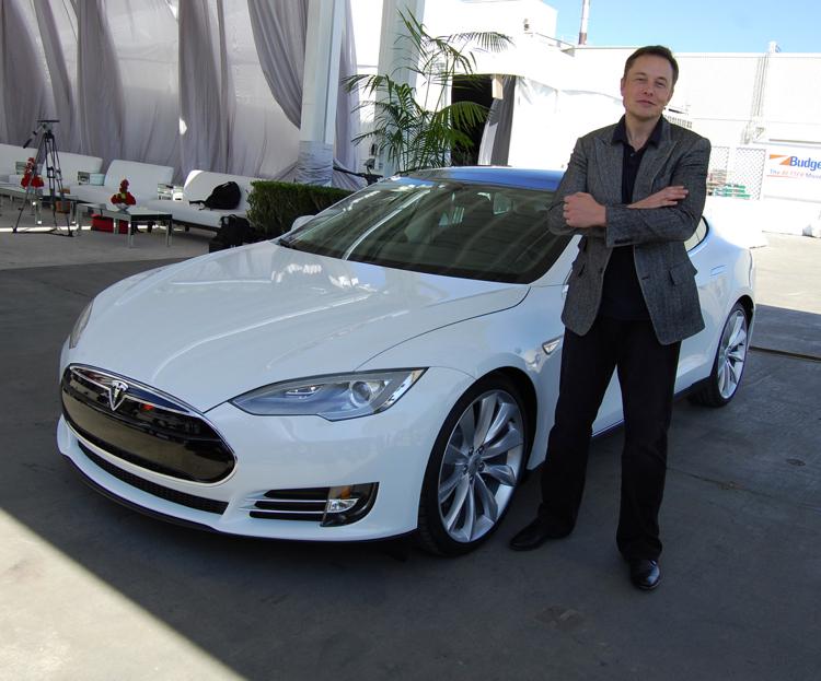 帶領TESLA一路走到今日的關鍵人物,人稱現實版鋼鐵人:伊隆・馬斯克(Elon Musk)。