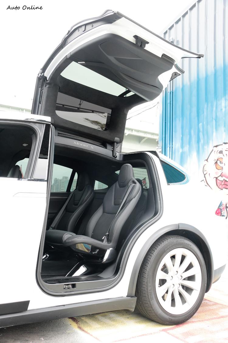 鷹翼門打開時先向上升再向外展開,車身兩側僅需一英尺寬的空間。