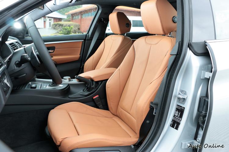 為了要搭配跑車化的外觀,雙前座椅採用包覆性好的跑車座椅。