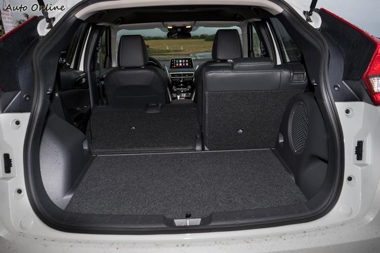標準狀態下行李廂空間為374公升,後座椅背方倒後的地板也很平坦。