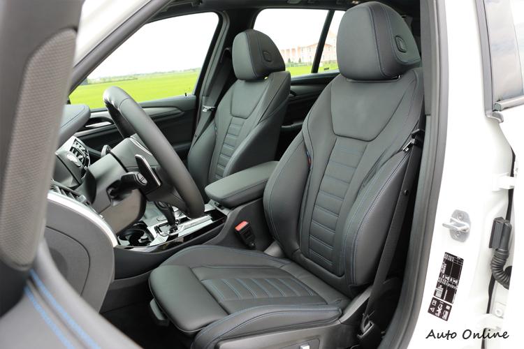 M款跑車化座椅包覆性非常好,藍色縫線加上M Sport三色標誌點綴,感受到滿滿戰鬥氛圍。