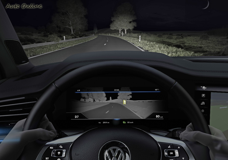 夜視系統則是幫助駕駛在低光環境下有更好的辨識能力。
