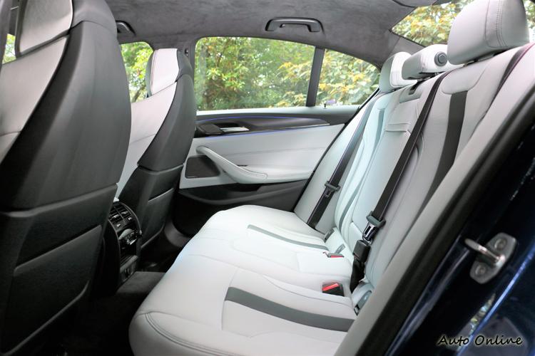 後座擁有中大型房車的空間,一次能載上四個人感受M5的熱血刺激。