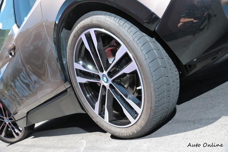 特殊規格的輪胎尺寸,20吋的大小,胎面只有195mm。