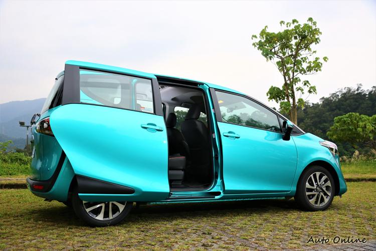 便利的電動滑門、低地板、大開口的後座車門設計,營造出對各年齡層乘客都友善的環境。