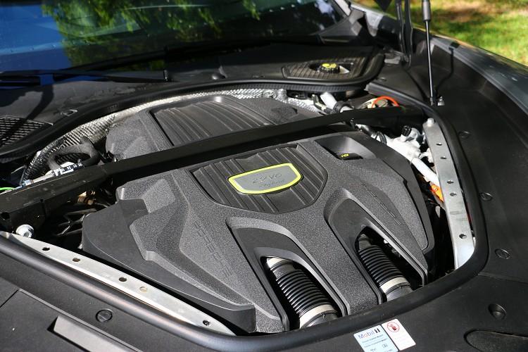 引擎動力搭載的是一具2.9升V型六缸渦輪增壓系統,加上電動馬達使整體綜效馬力達到462匹與71.38公斤米最大扭力。