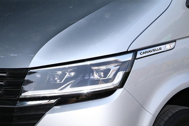 除了水箱護罩更換新樣式,LED頭燈和車側的車型銘板也是新設計。
