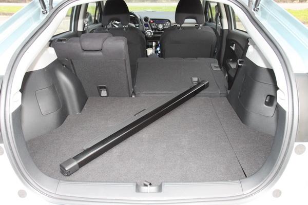 掀背車的設計加上6/4分離座椅筆者試過可以放進一張9尺長的衝浪板。