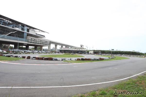 賽車場通常建置在郊區,除了有地廣人稀不怕吵的優勢外,場地的設計也更有看頭。
