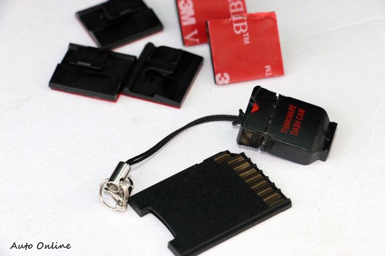盒內附贈安裝用的零配件以及轉接卡、讀卡機。